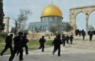 قوات اسرائيلية تقتحم المسجد الأقصى وتهاجم المصلين