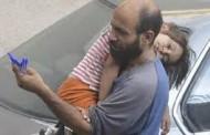 عبر الانترنت حملة تجمع قرابة 68 ألف دولار للاجئ من سوريا يبيع الاقلام في لبنان